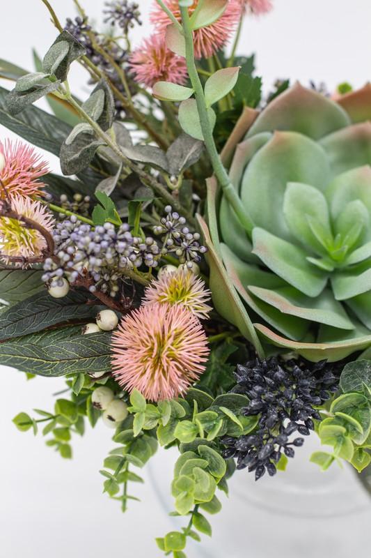 Bouquet avec echeveria fleuri rose comme fleur principale, fleurs de saison et baies sauvages ...